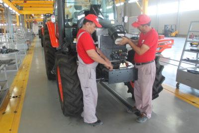 Бадамда трактор құрастырылуда
